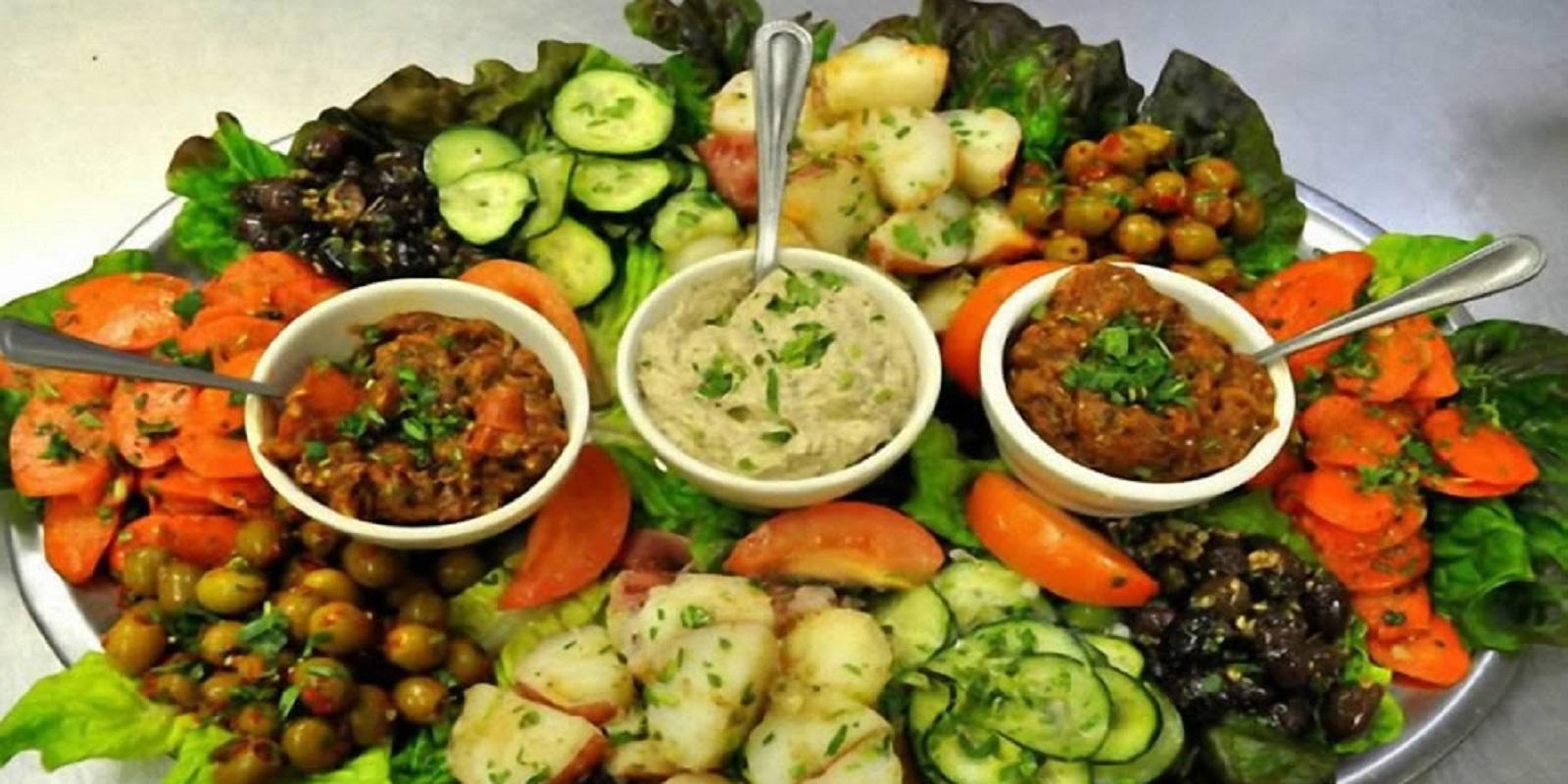 Cardápio vegetariano, com acompanhamento e sobremesa.
