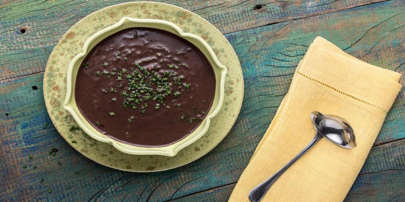 Sopa de Feijão-Preto com Mostarda, acompanhamento e sobremesa